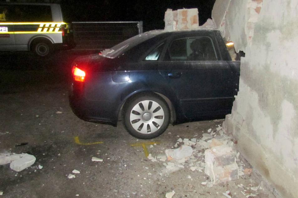 Suff-Fahrt mit 2,3 Promille! Betrunkener kracht mit Audi in Garage