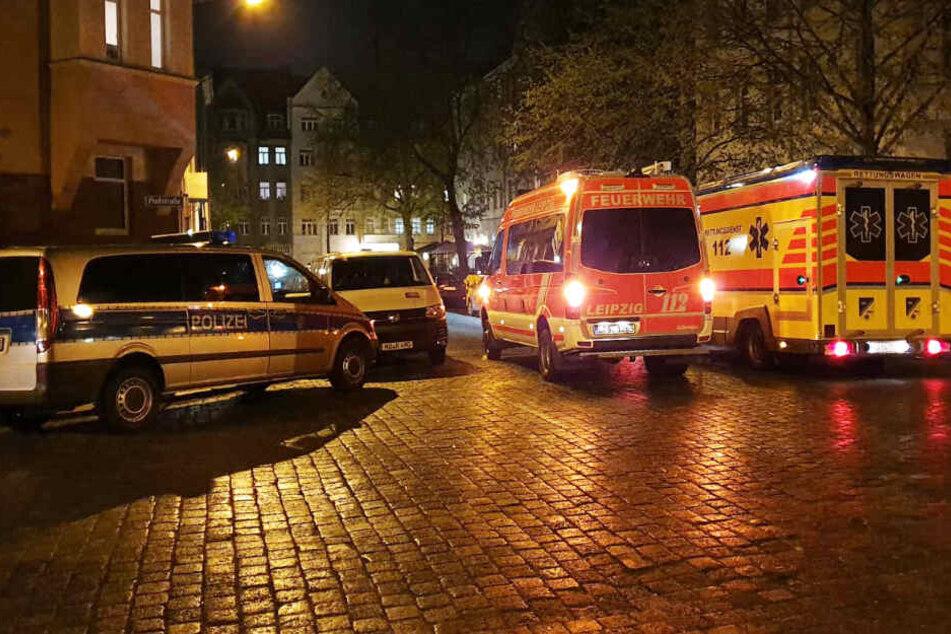 Zwei Rettungswagen und ein Polizeifahrzeug rückten am Sonntagabend in die Baunackstraße nach Leipzig-Abtnaundorf aus.