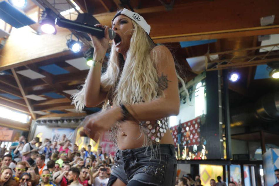 Die deutsche Sängerin Mia Julia (32) tritt im Bierkönig auf.