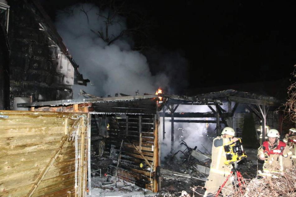 Ein Carport ist am Montagabend in Berlin-Treptow in Brand geraten.