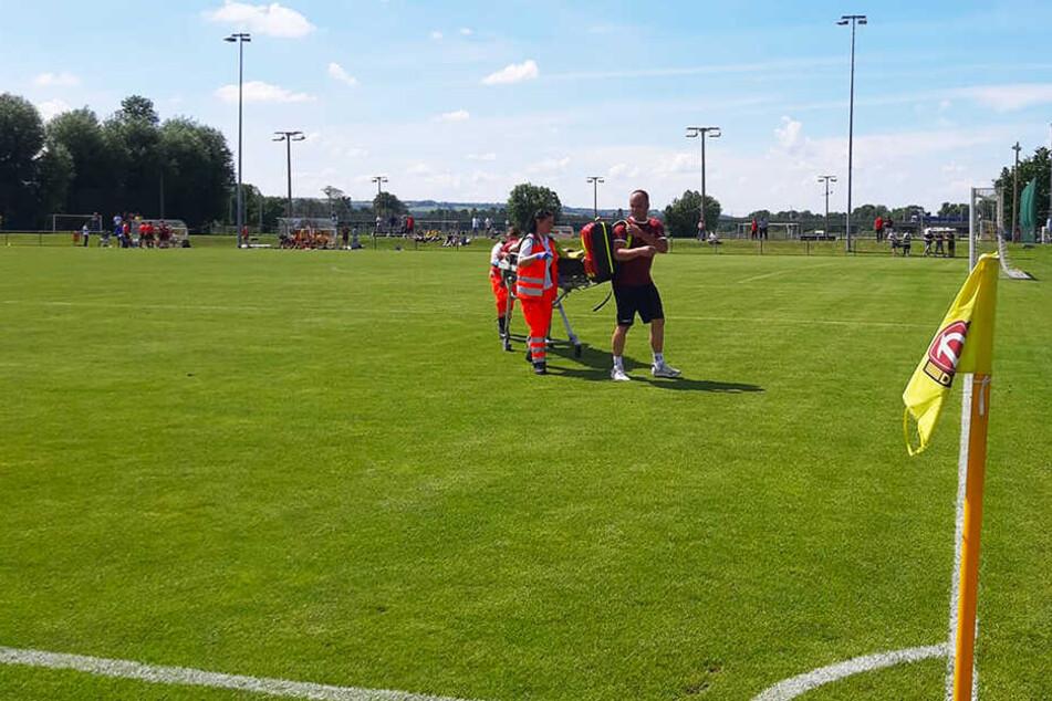 Dynamo-Spieler Lukas Vogt musste nach mehrminütiger Behandlungspause mit einer Trage abtransportiert werden. Das Spiel wurde anschließend nicht mehr angepfiffen.