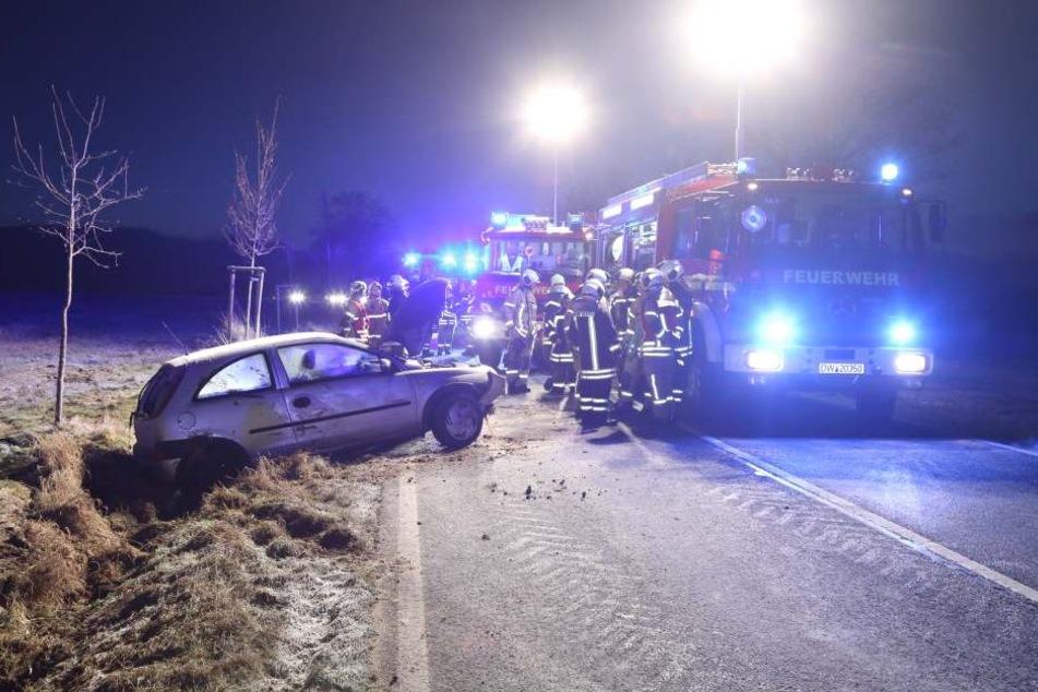 Die Feuerwehr musste den Opel aus dem Straßengraben bergen.
