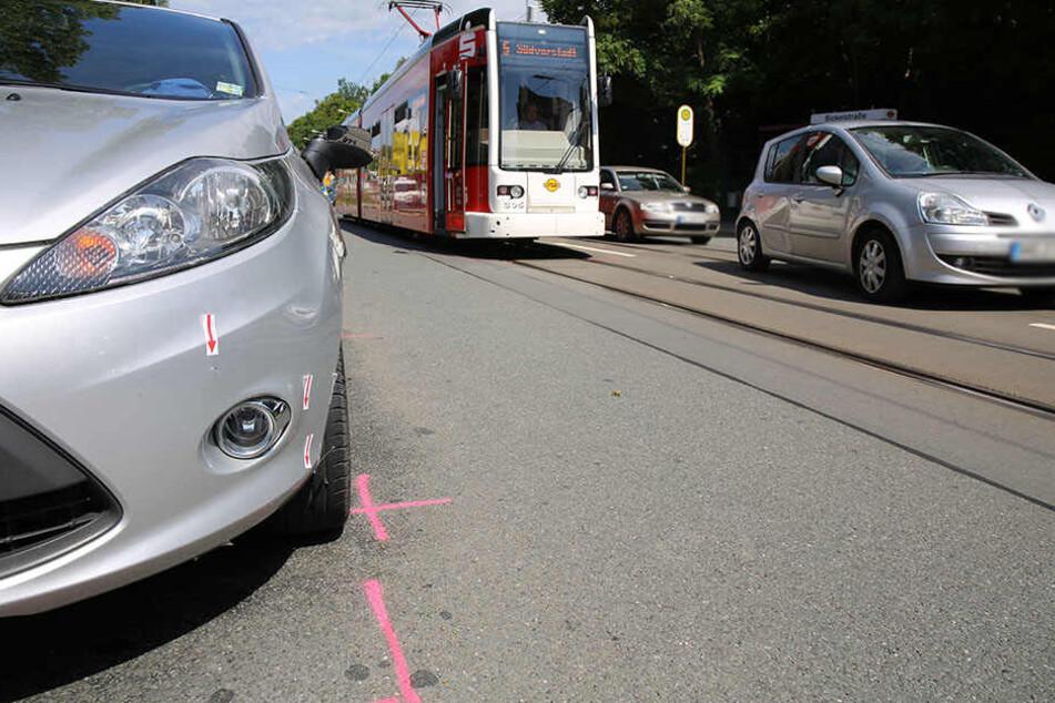 Die Frau wurde von einem Ford angefahren und dabei schwer verletzt.