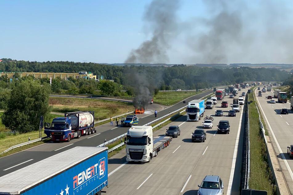 Chemnitz: Feuerwehreinsatz auf der A4 bei Chemnitz: Motorraum von Auto brennt