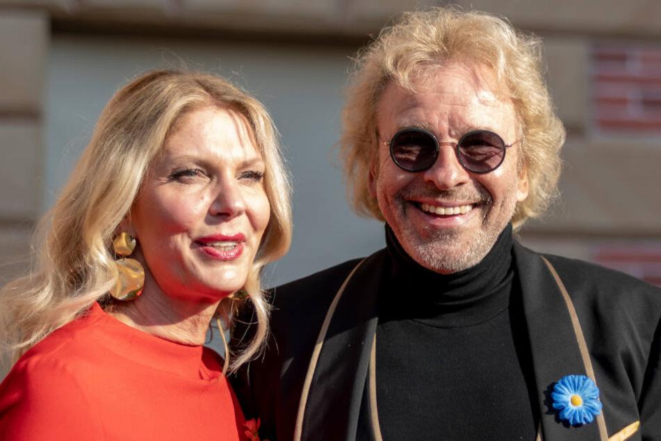 Thomas Gottschalk steht mit seiner neuen Freundin Karina Mroß im Europa-Park.