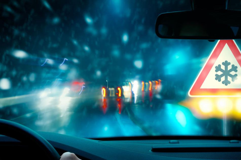 30 Unfälle aufgrund von glatten Straßen und Schneefall meldete die Polizei allein in Nordhessen (Symbolbild).