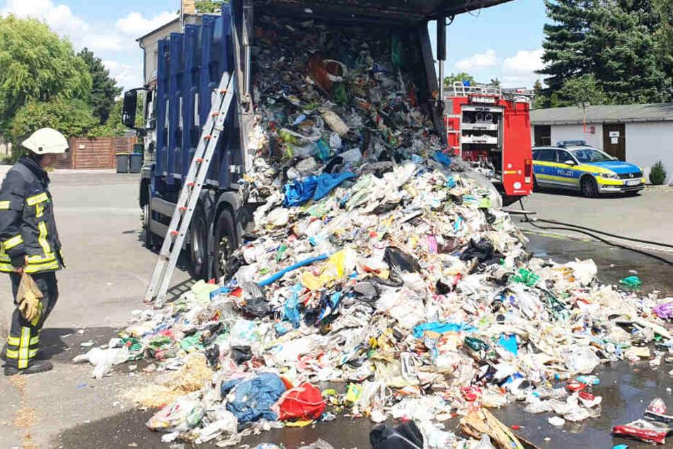 """Einsatz """"verkehrt herum"""": Brennendes Müllauto kommt zur Feuerwehr"""