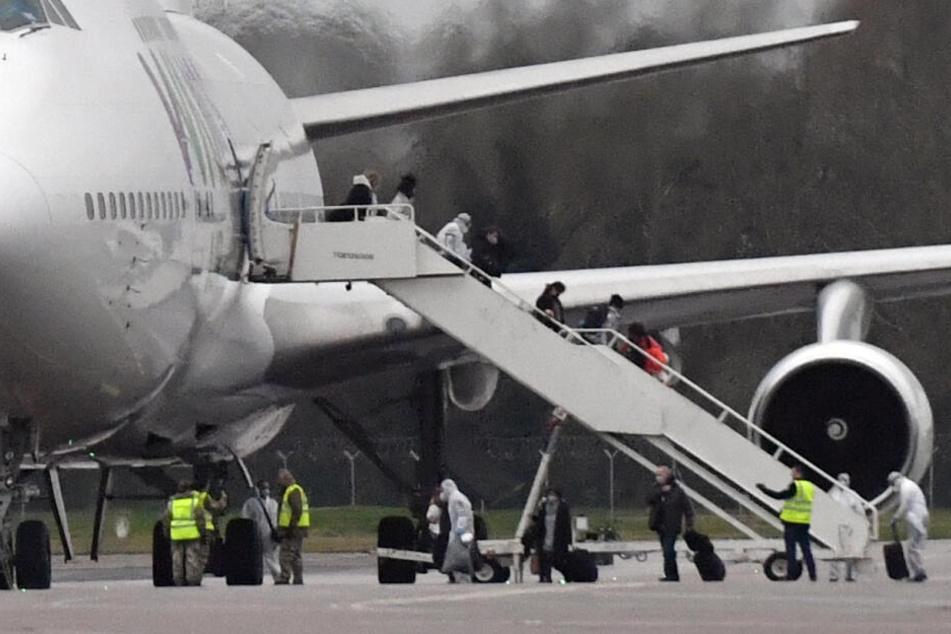 Passagiere steigen aus dem Flugzeug, das Rückkehrern aus der schwer vom Coronavirus betroffenen chinesischen Millionenstadt Wuhan zurück bringt.