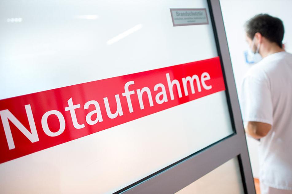 Ein Krankenpfleger betritt im Klinikum an der Salzdahlumer Straße in Braunschweig die Notaufnahme.