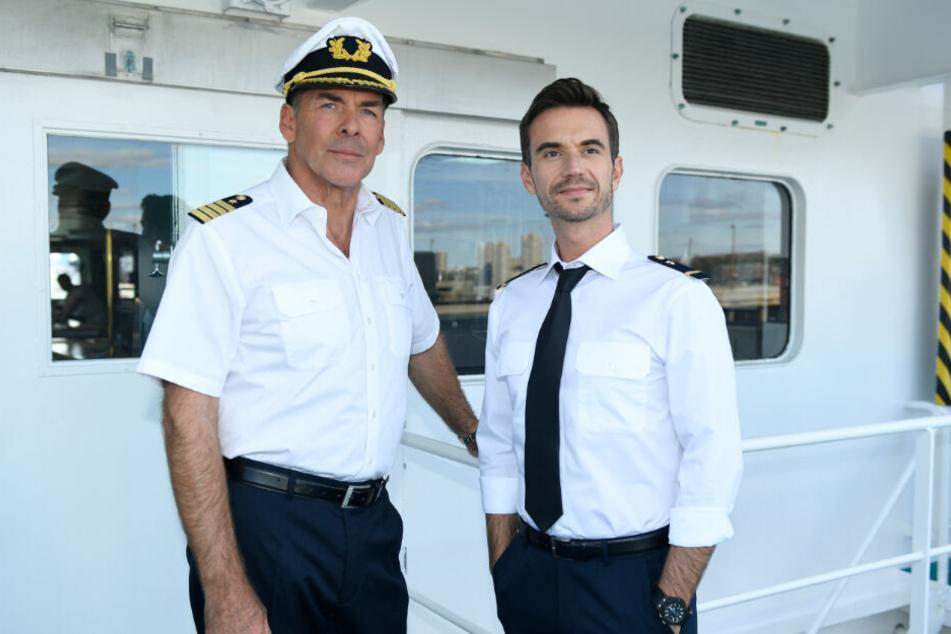 Ex-TV-Kapitän Burger (Sascha Hehn, l) mit seinem Nachfolger Florian Silbereisen.