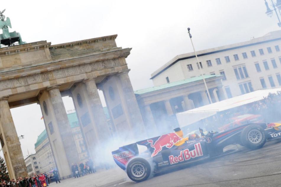 So wie hier Sebastian Vettel im Jahr 2010 könnte die Formel 1 schon bald wieder in Berlin ihre Runden drehen. (Archivbild)