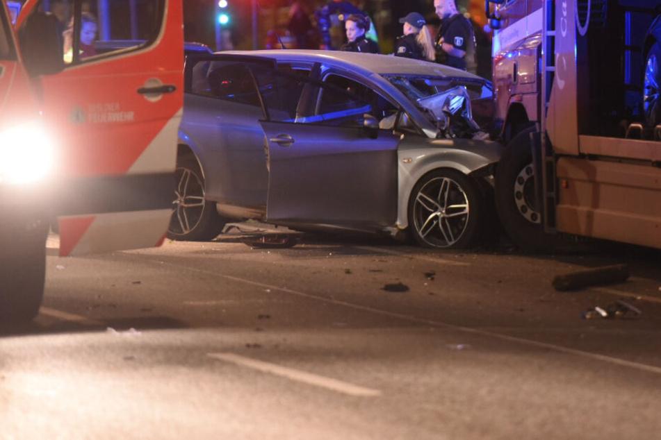 Zuvor Baum entwurzelt: Seat-Raser kracht in LKW, Fahrer sofort tot!
