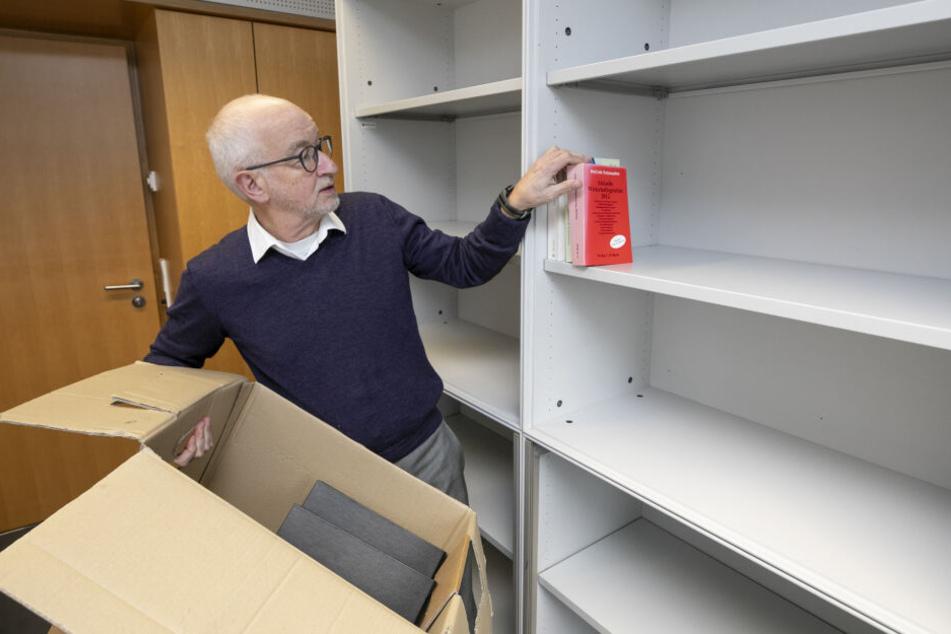 Kleines Büro, große Regale: Gerhard Liebscher (64) hat viel Platz für Bücher und Nachschlagewerke. Der Wirtschaftsfachmann engagiert sich in zwei Ausschüssen.