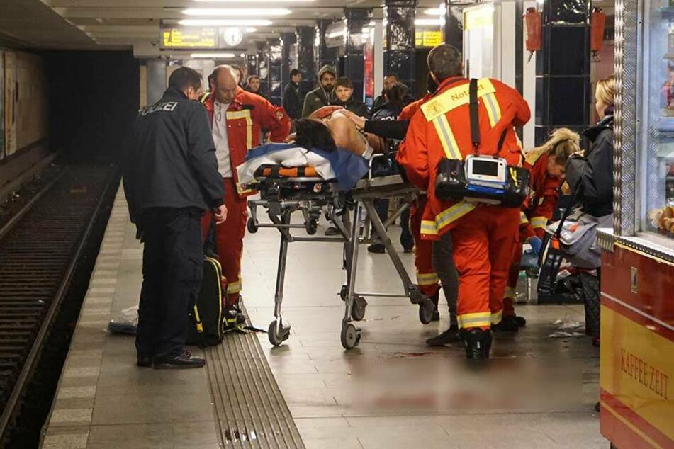Der Mann wurde noch auf dem Bahnsteig medizinisch versorgt.