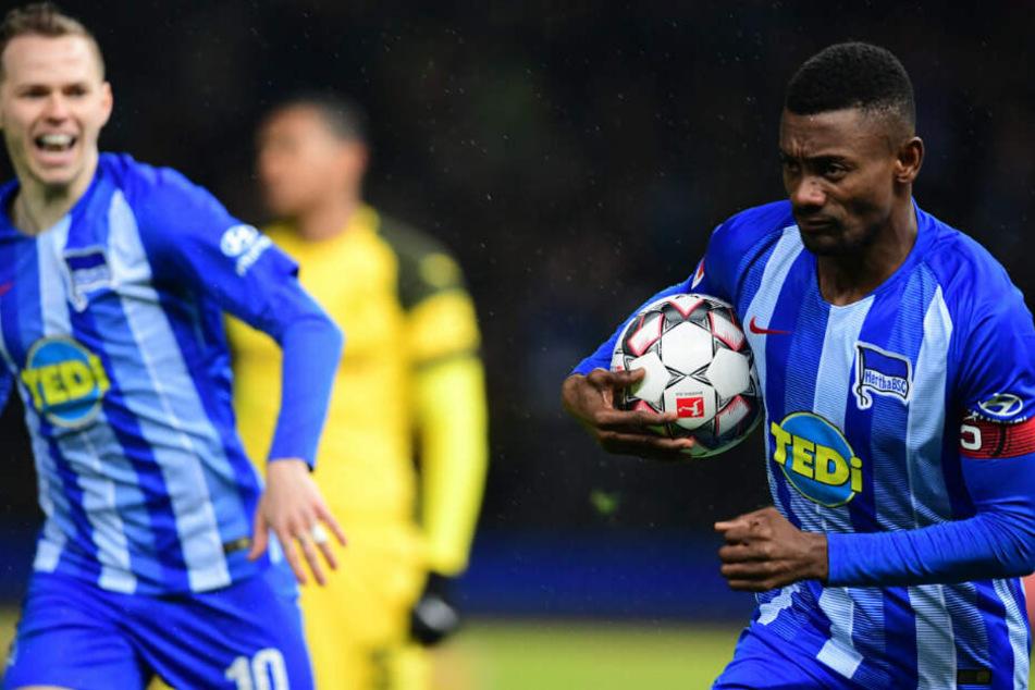 Salomon Kalou jubelt mit Ondrej Duda über seinen Treffer zum 1:0 gegen Borussia Dortmund.