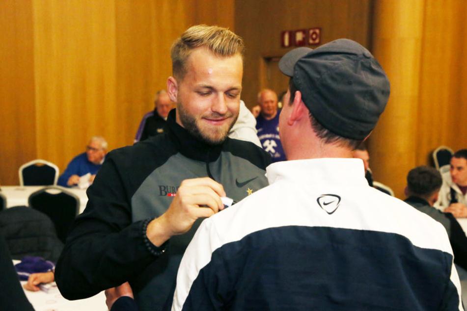 Sein Autogramm war begehrt: Pascal Köpke unterschreibt auf einer Trainingsjacke eines Fans.