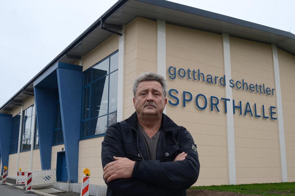 """Rolf Steiniger (60) vor der umstrittenen """"Gotthard-Schettler-Halle""""."""