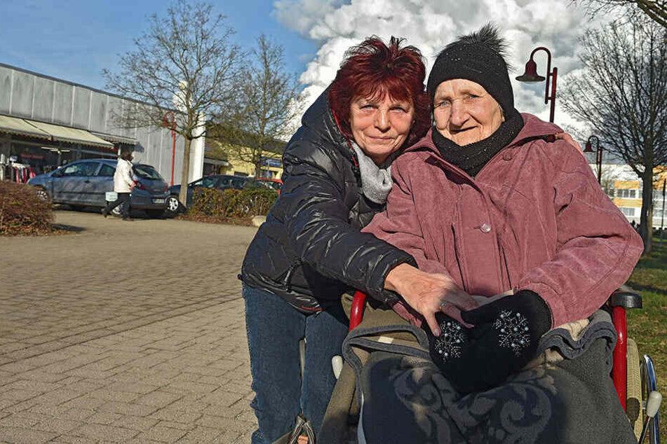 Eva-Maria Neumann und ihre im Rollstuhl sitzende Schwiegermutter Erna Neumann (89).