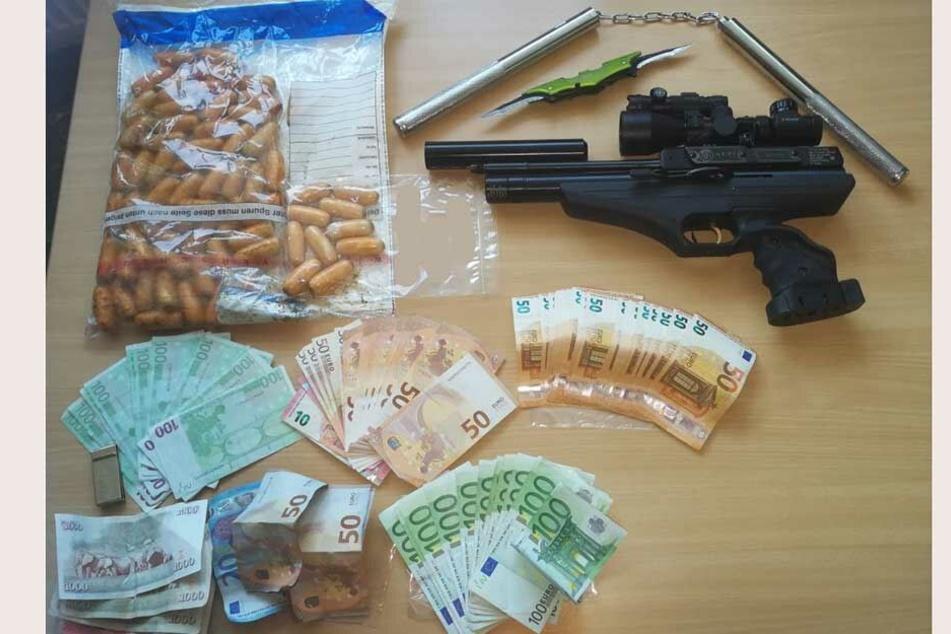 Neben den zahlreichen Bodypacks (links oben) fanden die Ermittler noch Waffen und Bargeld bei dem mutmaßlichen Drogenschmuggler.