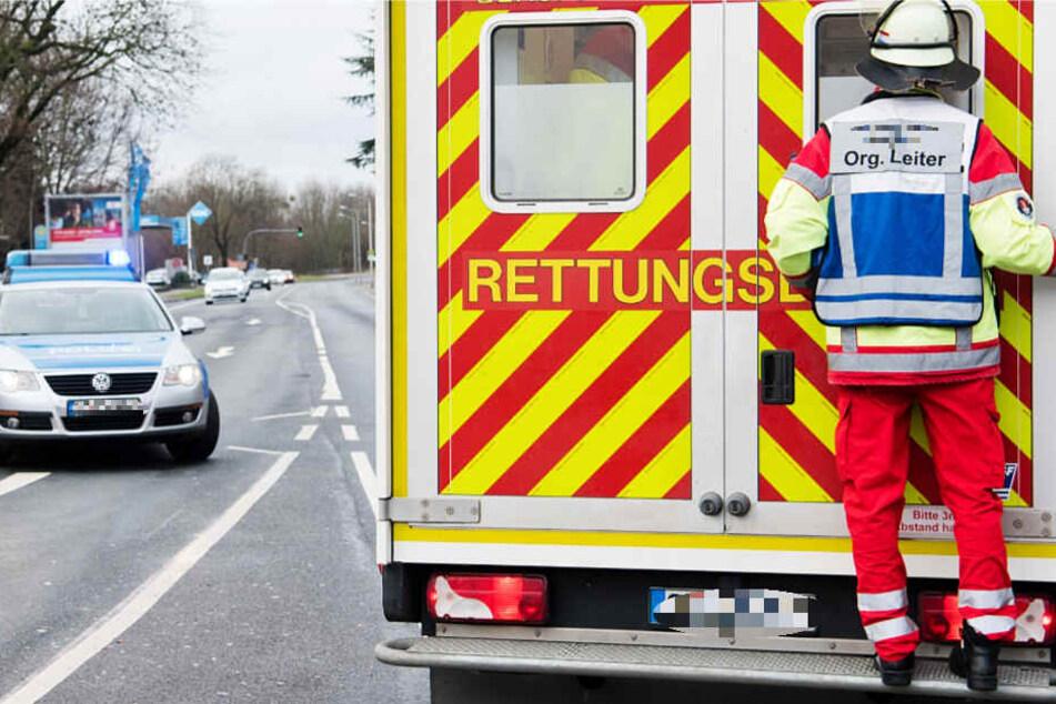 Die schwer verletzte Frau wurde in ein nahegelegenes Krankenhaus gebracht (Symbolbild).