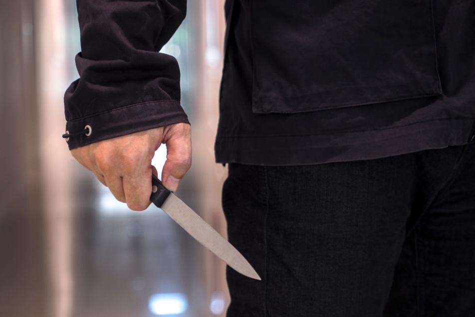 Der Bankräuber hatte ein Messer. (Symbolbild)