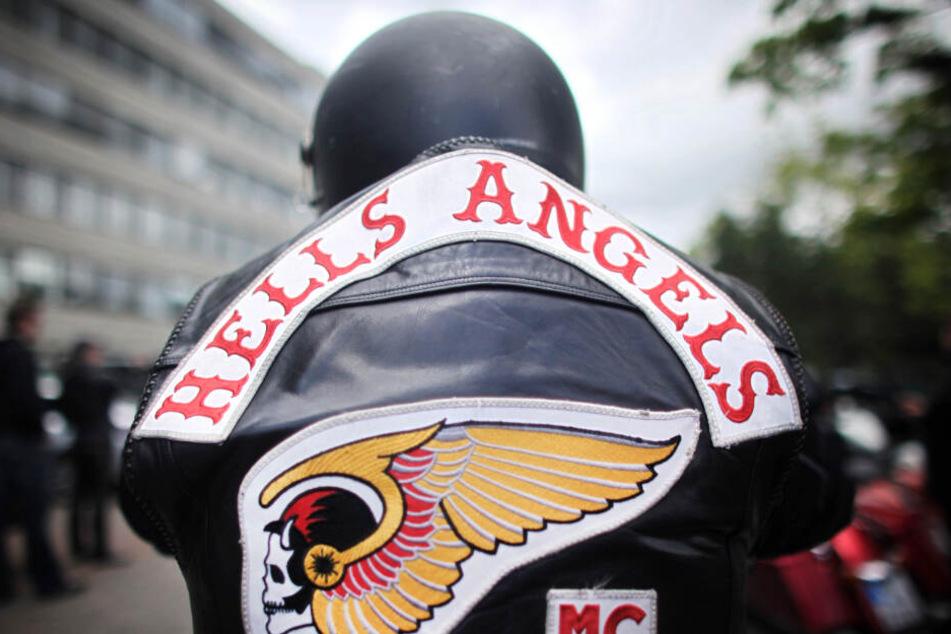 Ein Mitglied der Hells Angels trägt eine Kutte mit dem Logo der Rockergruppe.