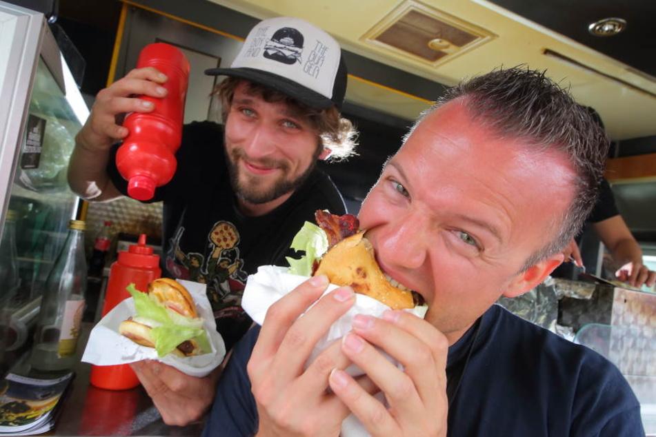 Ricardo Teubner (28) serviert Andy Schöne einen Burger.