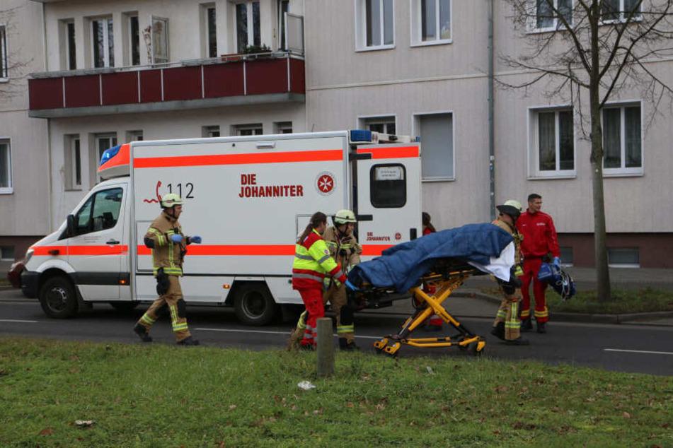Der verstorbene Radfahrer wird in ein Fahrzeug der Johanniter gebracht.