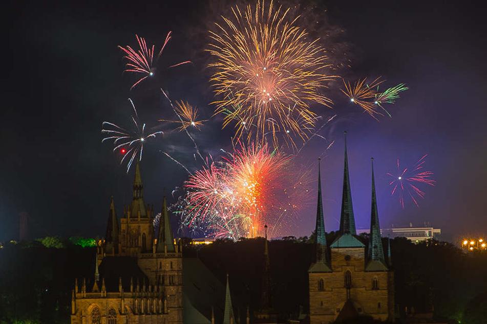 Im Hintergrund des Doms erleuchtete das Feuerwerk den Erfurter Himmel.