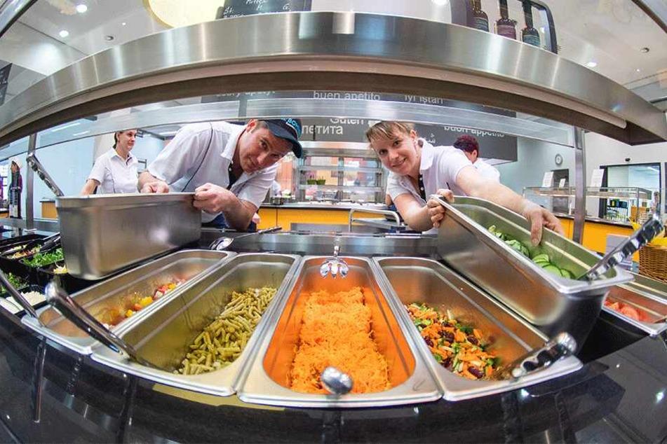 In der neuen Mensa des Studentenwerks Chemnitz-Zwickau (Reichenhainer Straße 55) sorgen rund 30 Mitarbeiter für frisch zubereitete Gerichte.