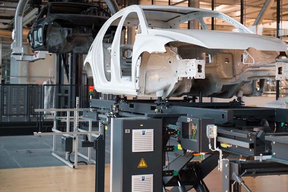 """Eines der ersten lackierten Volkswagen """"e-Golf"""" Vorserien-Fahrzeuge steht in der Gläsernen Manufaktur in Dresden (Archivbild)."""