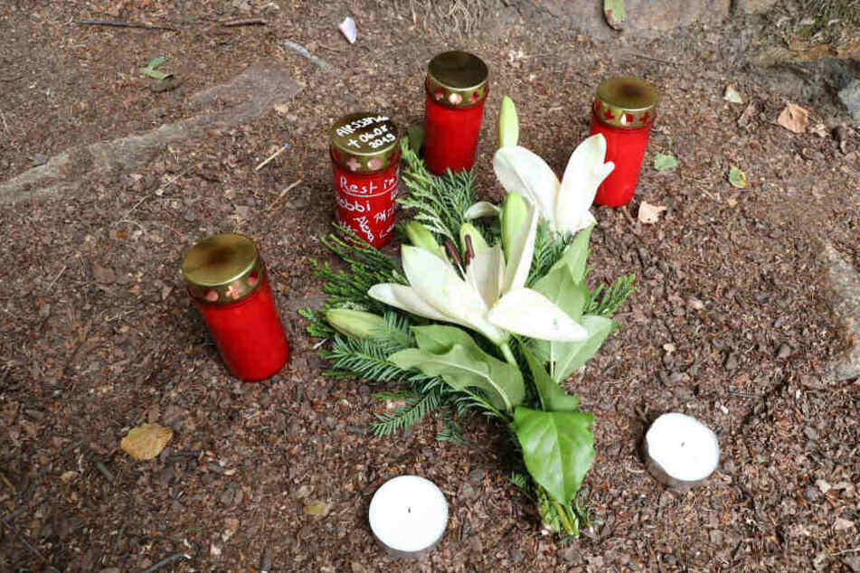Freunde und Verwandte stellten Kerzen auf und legten Blumen nieder.