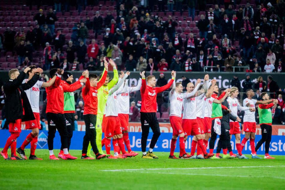 Die Spieler des 1. FC Köln feiern nach dem 3:0-Heimsieg gegen Schalke.