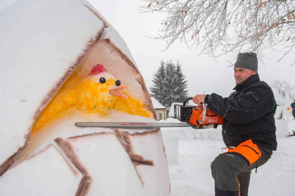 Auch die Kettensäge kam zum Einsatz, da der Schnee einfach zu hart war.