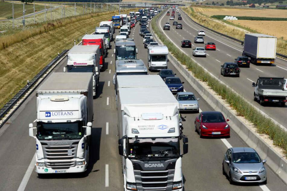 Nach dem Unfall auf der A8 staute sich der Verkehr kilometerlang (Symbolbild).