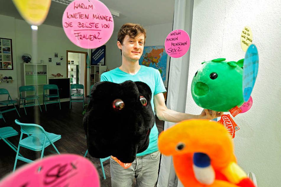Sozialpädagoge Denny Seidel (30) von der Aids-Hilfe Chemnitz klärt spielerisch über Geschlechtskrankheiten auf. Das schwarze Plüschtier stellt Aids dar, das Grüne Chlamydien.