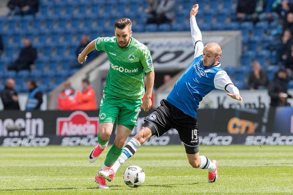 Bielefelds Manuel Prietl (rechts) und Niko Gießelmann von Fürth kämpfen um den Ball.