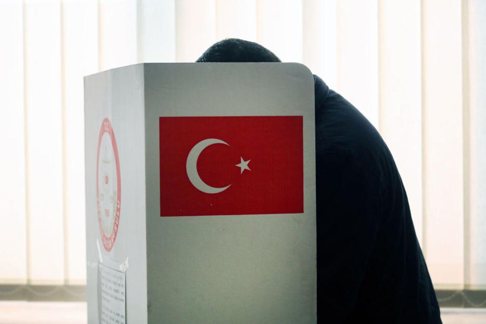 Ein Türker hinter einer Wahl-Schutzwand in Deutschland. (Symbolbild)
