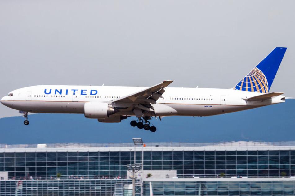 Eine Boeing 777 von United Airlines setzt in Frankfurt am Main zur Landung an. (Symbolbild)