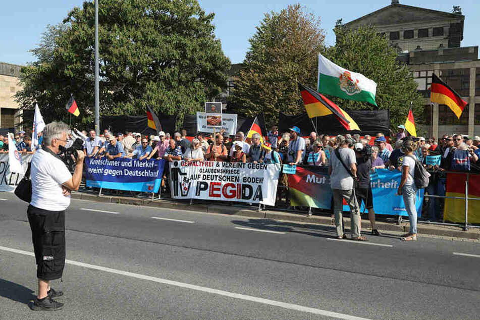 Merkel-Gegner demonstrieren vor dem Landtag. Am Rande kam es zu dem Vorfall, der inzwischen international Wellen schlägt.