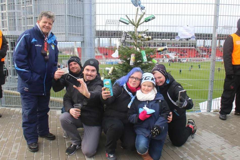 Manuela Kelm (3. v. r.) hatte mit ihren Fanclub-Freunden die tolle Idee, in Zwickau für krebskranke Kinder Spenden zu sammeln.