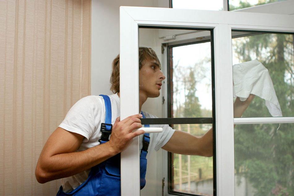 Der Fensterputzer war gerade dabei, ein bodentiefes Fenster zu reinigen. (Symbolbild)