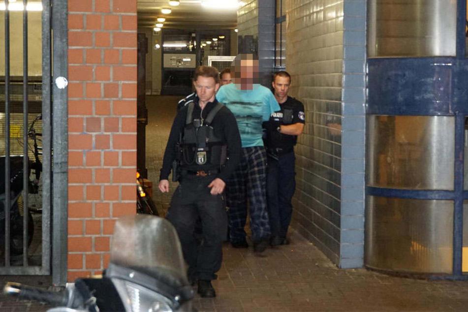 Die Beamten des SEK führen den 40-jährigen Mann ab, nachdem er in der Otto-Suhr-Allee von seinem Balkon aus mit einer Gaspistole um sich schoss.