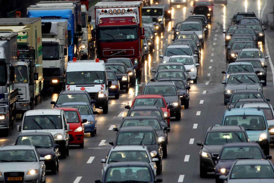 Zum Start in den morgendlichen Berufsverkehr betrug die Staulänge rund um den Unfallort bis zu 18 Kilometer (Symbolbild).