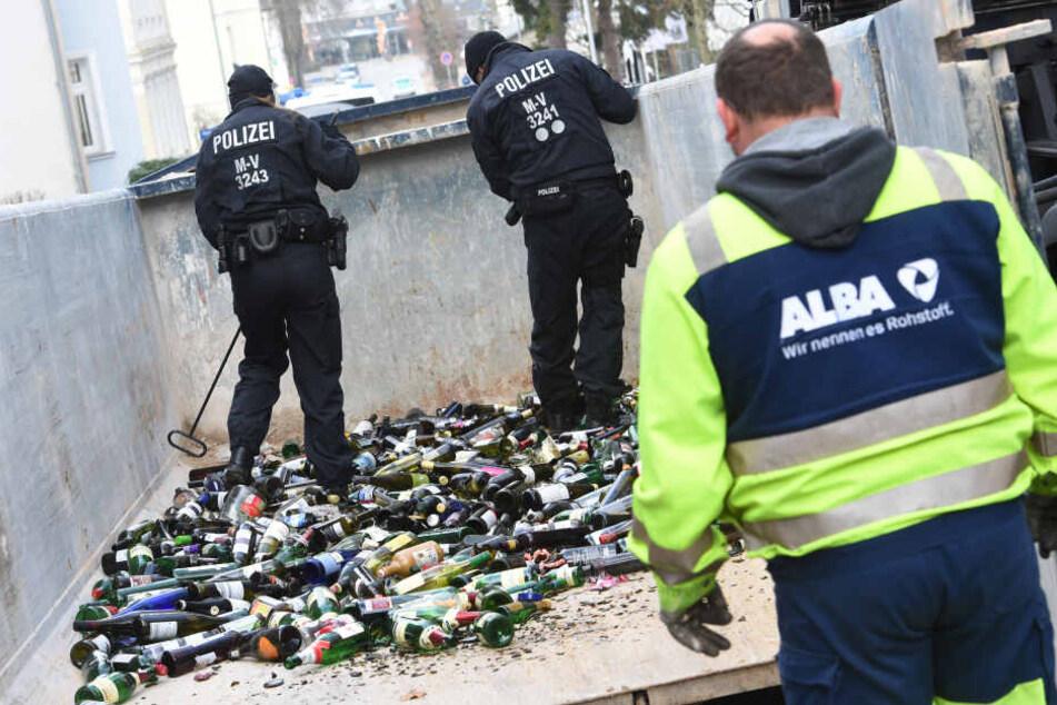 Polizisten durchsuchten Altglascontainer auf der Suche nach Spuren.