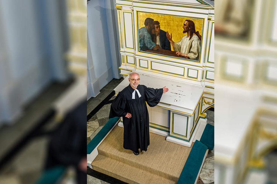 Der einst prächtige Altar ist jetzt verwaist, Gottesdienste so undenkbar.  Pfarrer Singer fordert die heiligen Kostbarkeiten zurück.