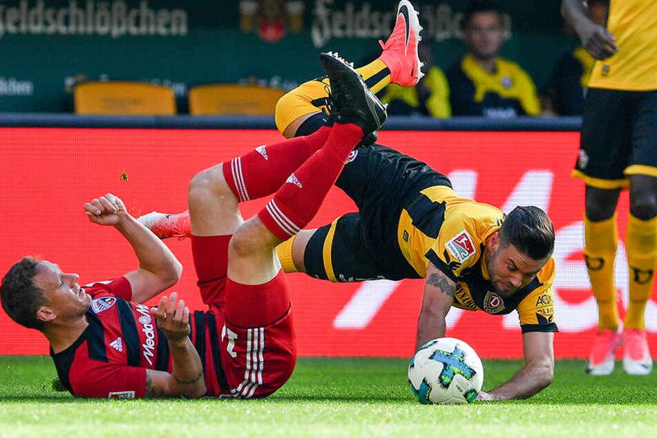 """Marcel Gaus (links) """"foult"""" Niklas Kreuzer (rechts). Dieser Zweikampf war der Stein des Anstoßes beim gegebenen Elfmeter für Dynamo."""