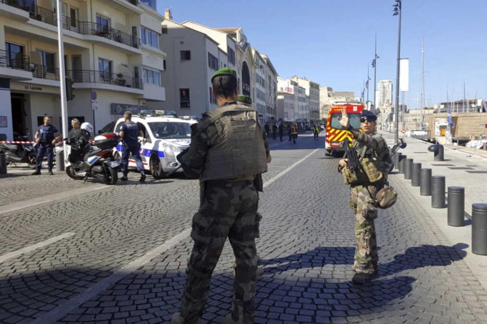 Eine Person soll getötet worden sein. Die Anwohner sollen den Bereich meiden, teilte die Polizei mit.