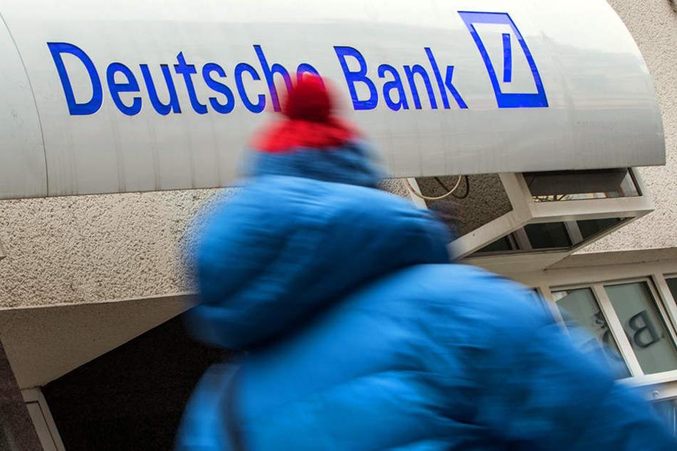 Das Gebäude, in dem sich die SB-Filiale der Deutschen Bank befindet, wurde geräumt. (Symbolbild)