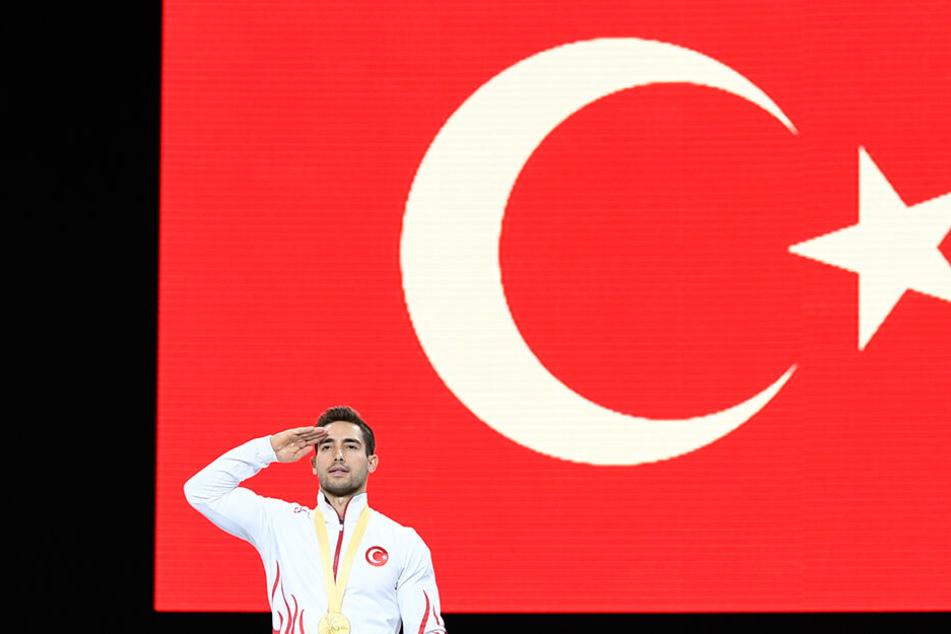 Nicht nur im Fußball. Auch bei der Turn-WM in Stuttgart salutierte der Türke Ibrahim Colak während der Nationalhymne